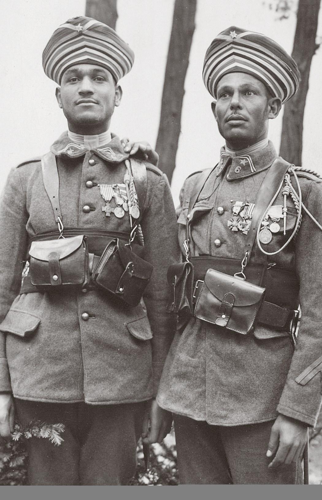 Deux Tirailleurs marocains arborant leurs décorations à l'Exposition coloniale, 1931. © Coll. Éric