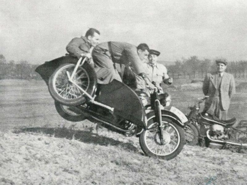 Az édesapa, Dömök László egy régi terepversenyen az R17-es BMW-vel