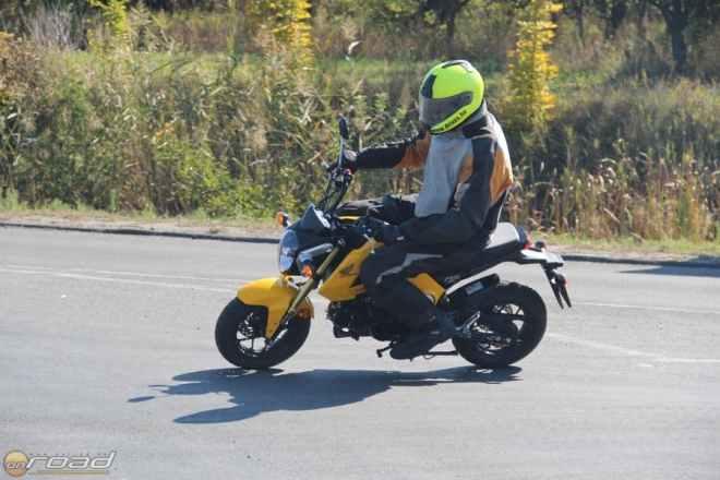 Kimondottan élvezetes vele motorozni. Egyetlen gyengéje van: a hirtelen gázelvétel vagy gázadás. Ilyenkor veszettül - de nem rosszindulatúan - szitál az eleje