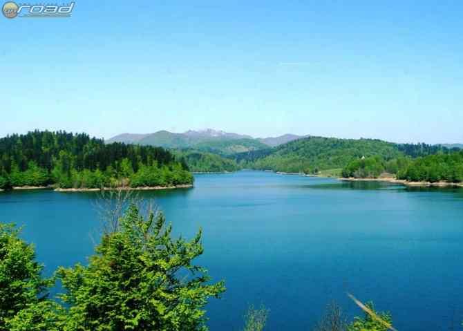 Meseszép kék vizű tó Lokve mellett