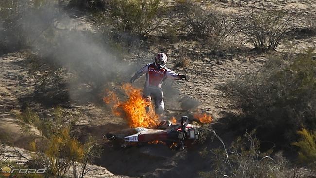 Goncalves leugrik a lángoló Hondáról és megpróbálja lábbal és homokkal oltani