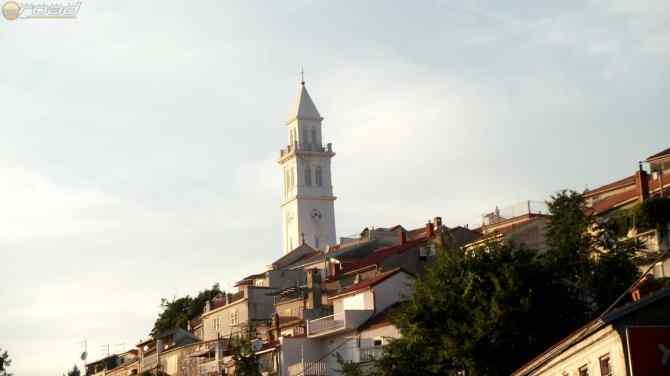 Jellegzetes templomtorony a sziklára épített tengerparti településsel