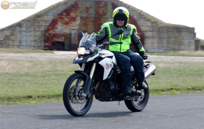 A bemelegítés során a megszokottól eltérő üléspozíciókban is gyerekjátékká válik a motorkezelés