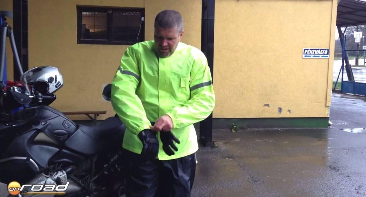 A kabát ujja gumis - így le sem csúszik a kesztyűről, és a vizet sem engedi be