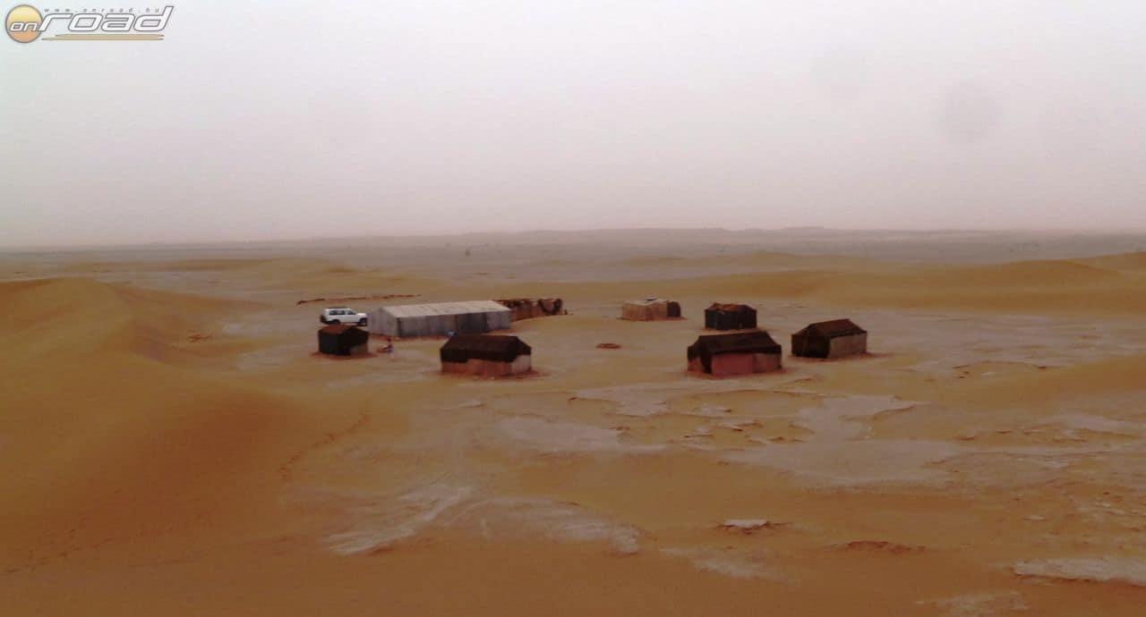 Táborunk, az egyik dűne tetejéről nézve