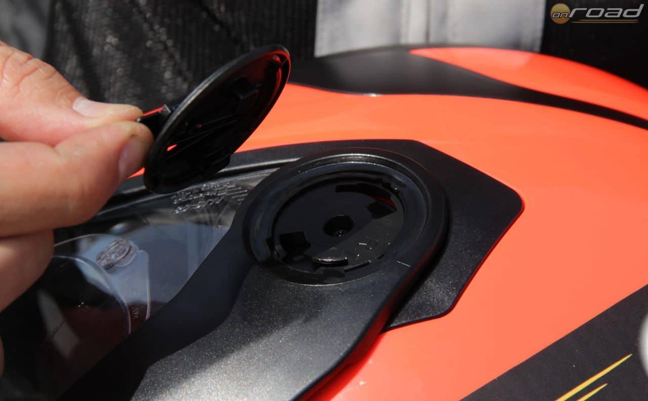 A sild- és a plexi rögzítője egyetlen mozdulattal, szerszám nélkül lekapható - így villámgyorsan alakíthatjuk át az N40 Fullt