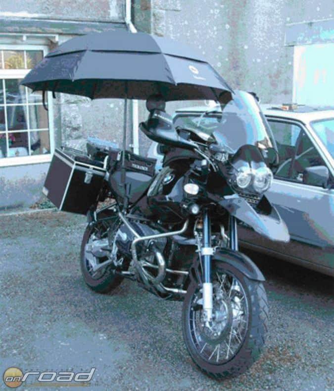 Csak a vicc kedvéért: esernyőt is rögzíthetünk kedvencünk fölé, ameddig mi ebédelünk...