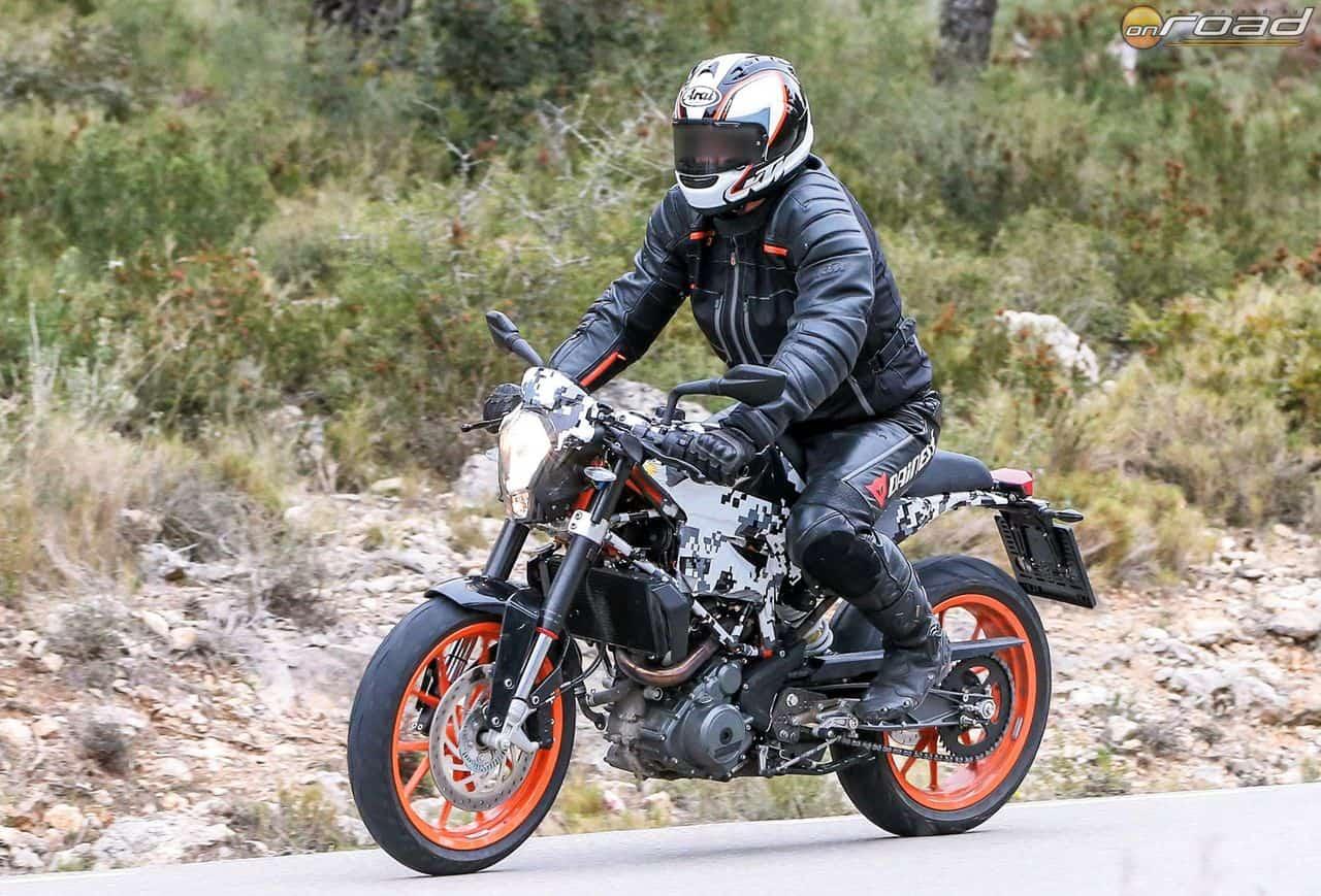A tesztpilóta sisakjáról és ruhájáról egyértelmű a hovatartozása. A motor külseje a 401-es tanulmányra hasonlít, technikája azonban a KTM 690 Duke-tól származik