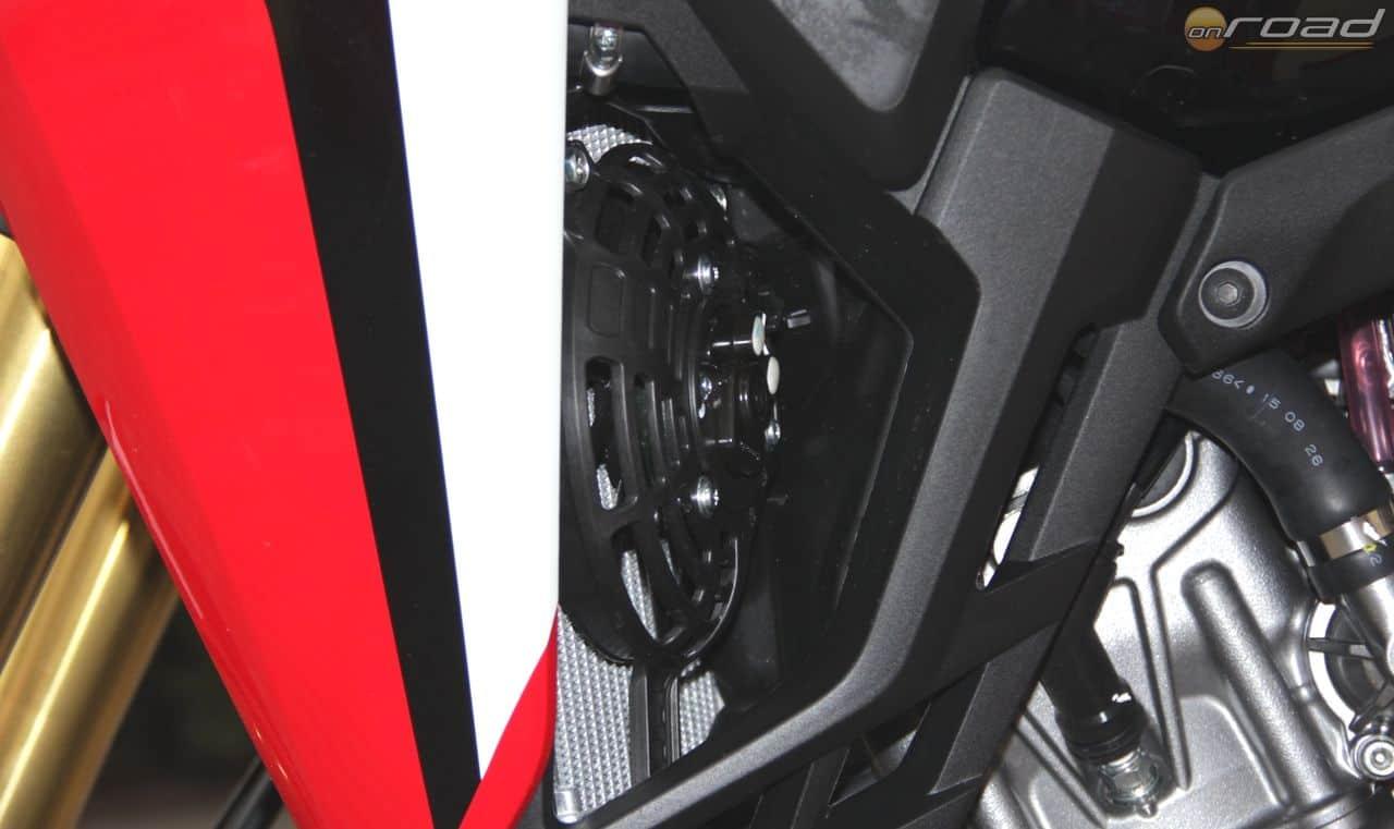 Vízhűtők két oldalt, ahogy egy krosszmotoron is megszokott