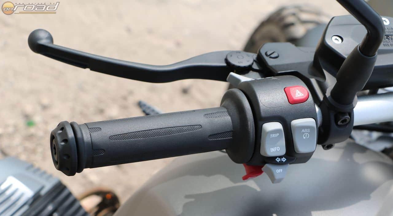 A bal markolaton sem sok funkciót kezelhetünk: az ABS és a kipörgésgátló egy gombot kapott, a minimalista menürendszer pedig egy másikat. Ezen felül van még egy index, egy vészvillogó, egy duda és elöl a reflektor kapcsolója