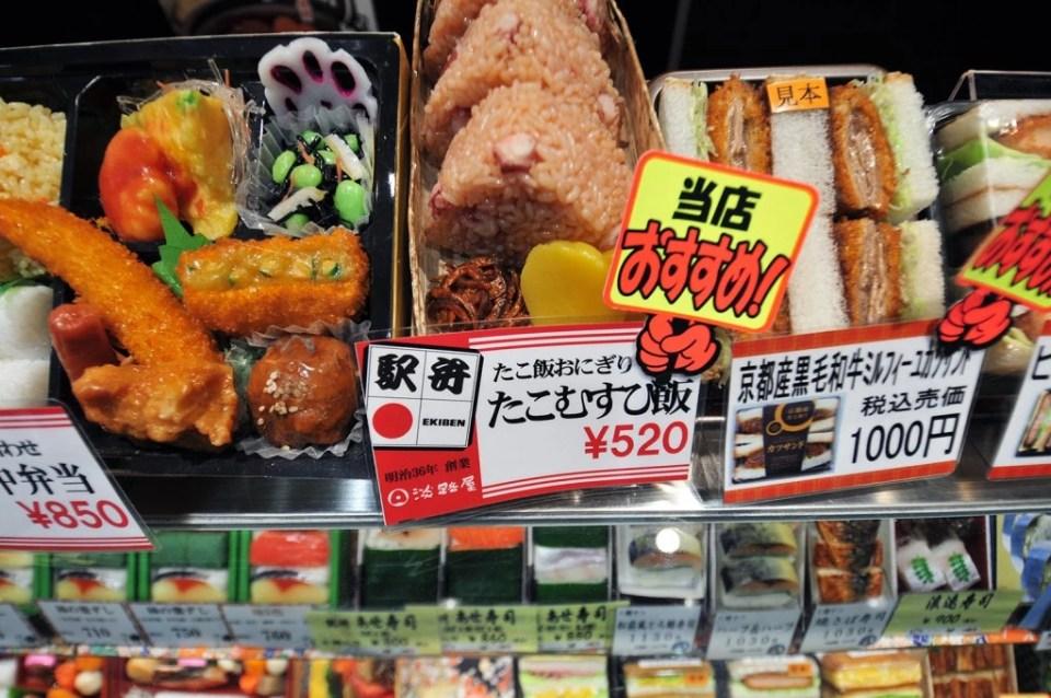 Japon, Chgoku, Hiroshima, plats cuisinés en plastique pour présentation de la carte d'un restaurant rapide dans la gare// Japan, Chugoku, Hiroshima, plastic food plats at menu in train station fast food