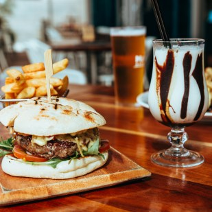 onslow-beach-club-restaurant-burger-chips