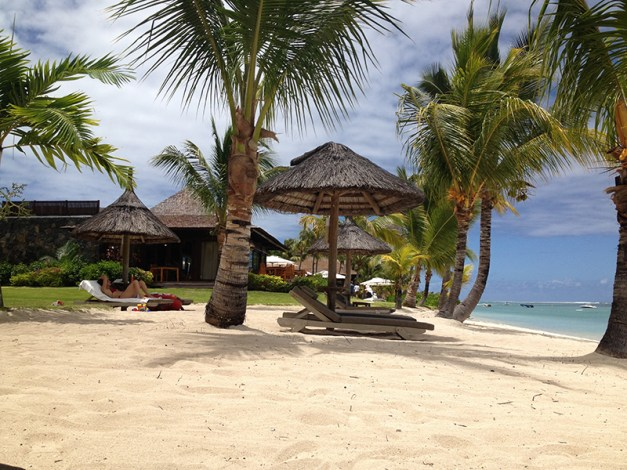 les matelas sur la plage, avec parasol