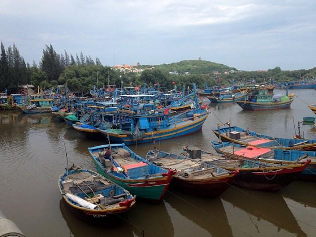 bateaux colorés près de Mui Ne