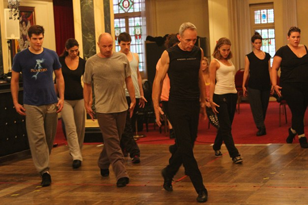 Dennis Callahan et la troupe de danseurs