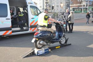 (Brom)fietsers lopen tegen de lamp bij politiecontrole