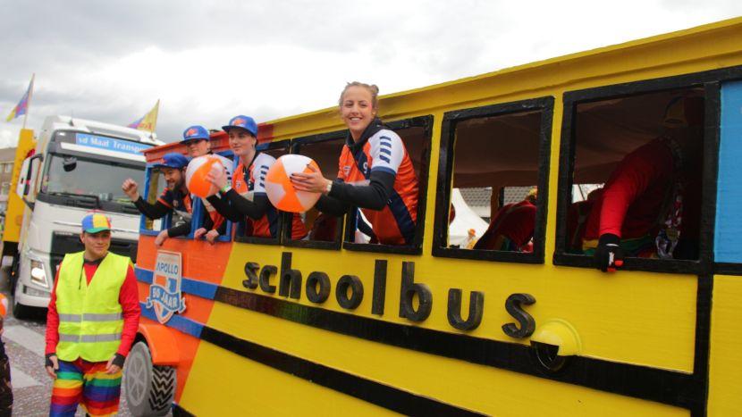 Deelnemers van de optocht van Krutjesgat in een zelf gemaakte gele schoolbus