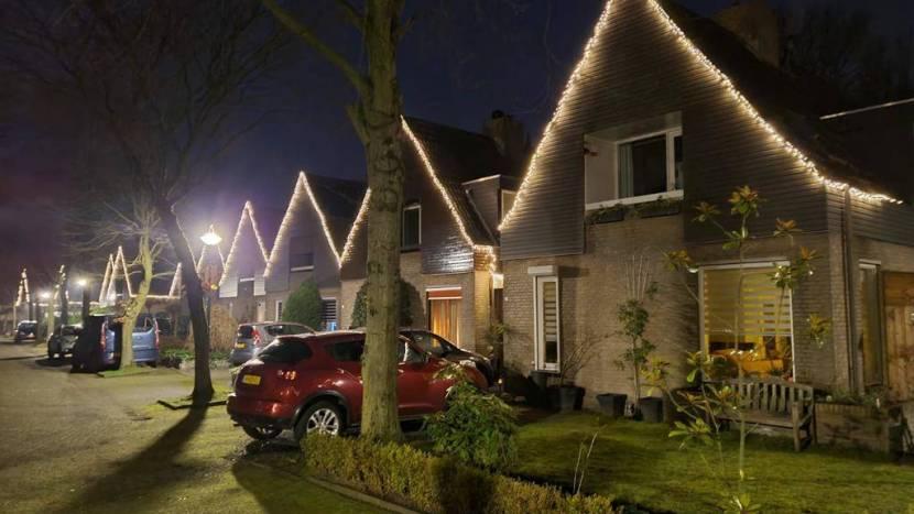 De huizen in de Apollolaan met sfeervolle verlichting aan de gevels