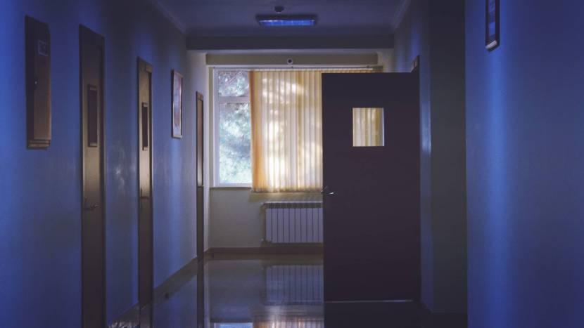 Donkere gang in een ziekenhuis