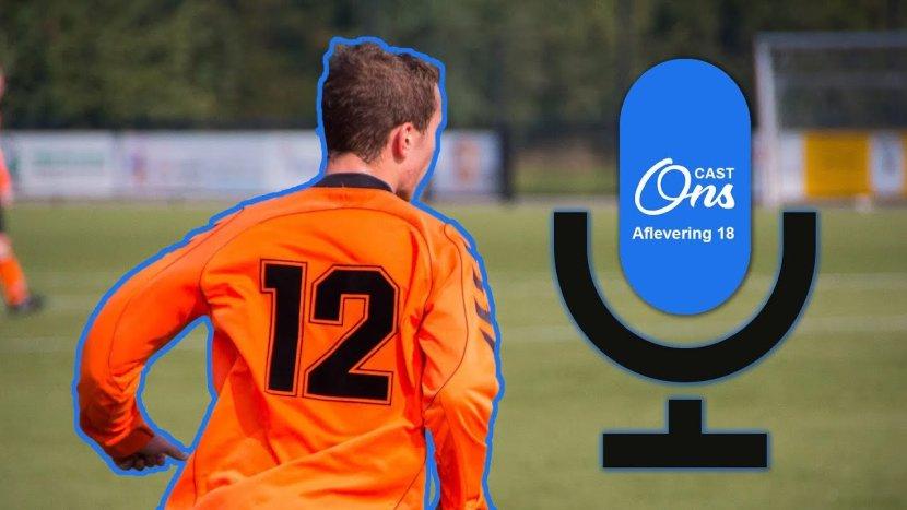 Een voetballer van SBC op het voetbalveld met het logo van Onscast