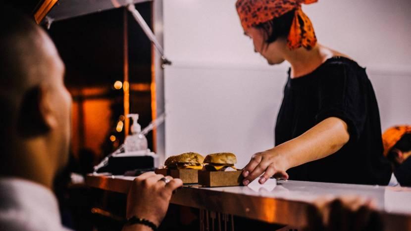 Eten wordt geserveerd door een foodtruck