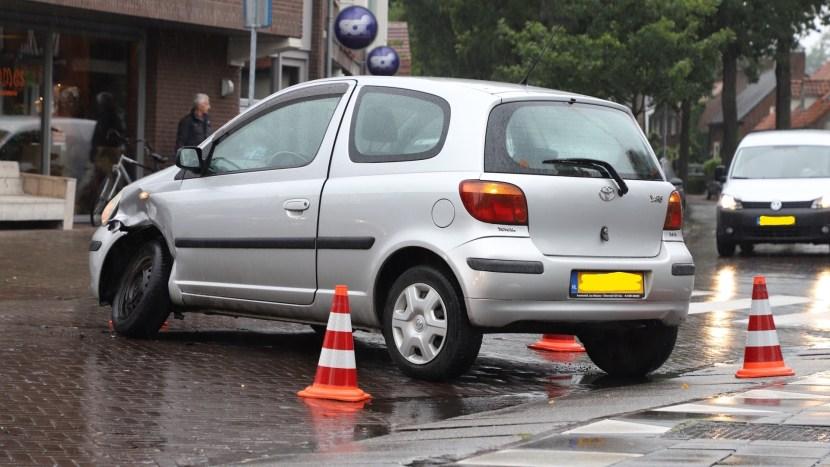Een auto met een verwrongen linker voorwiel op de kruising Nieuwstraat/Wilhelminalaan