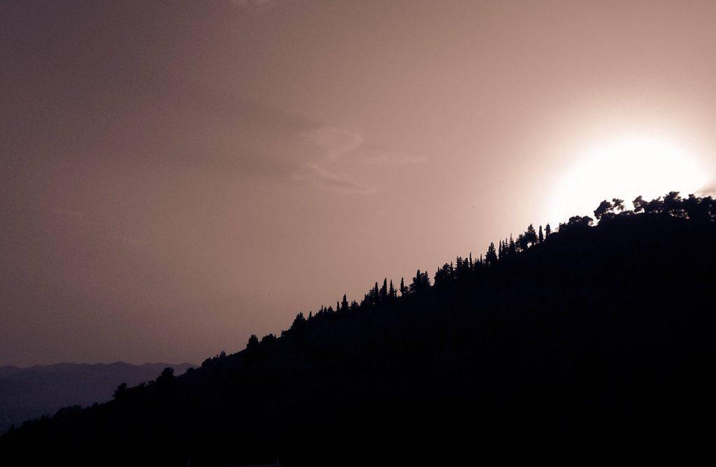 Zonsondergang achter de bomen Evia Griekenland