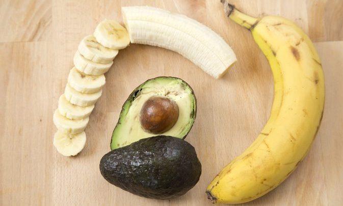 العلاجات المنزلية الطبيعية للشعر التالف مع الموز والأفوكادو