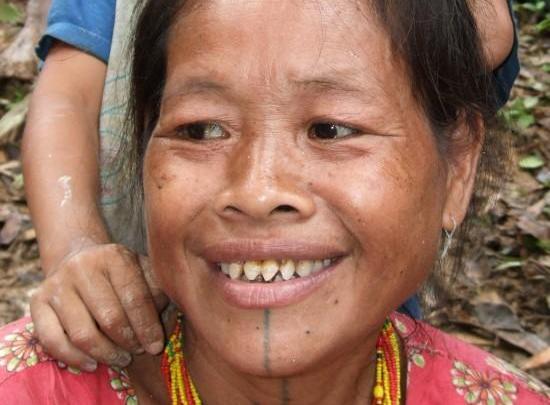 قبيلة اندونيسية ترى ان الاسنان المنحوتة والحادة تجعل المرأة اكثر جمالا !