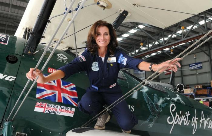 Tracey Curtis Taylor posando junto a su avioneta Spirit of Artemis