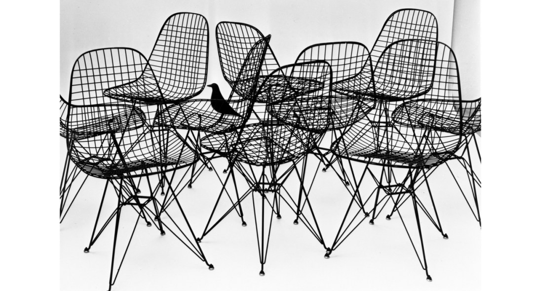 An Eames Celebration. Wire Chairs with Eames House bird, 1953. Foto: Charles Eames. ©Eames Office LLC