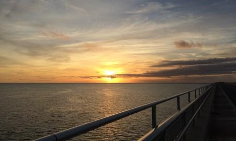 伊良部大橋の上から沈む夕日を眺める