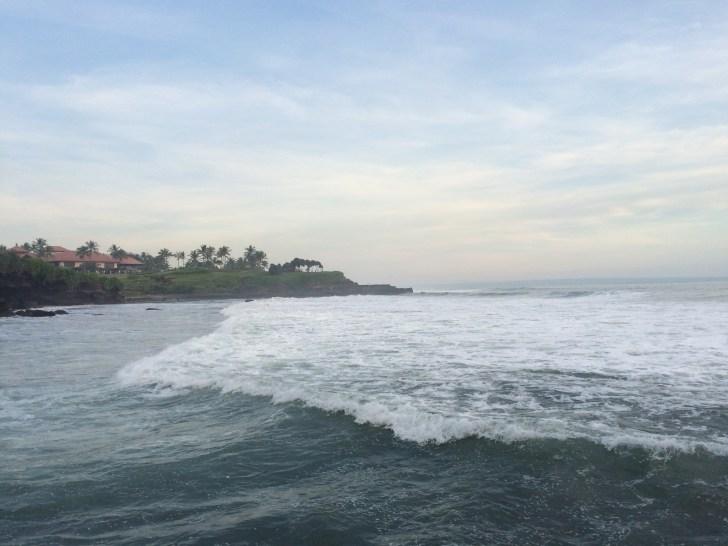 寺院周辺の海は波がある