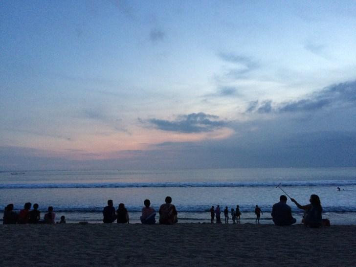 クタビーチからインド洋に沈むサンセットを望む