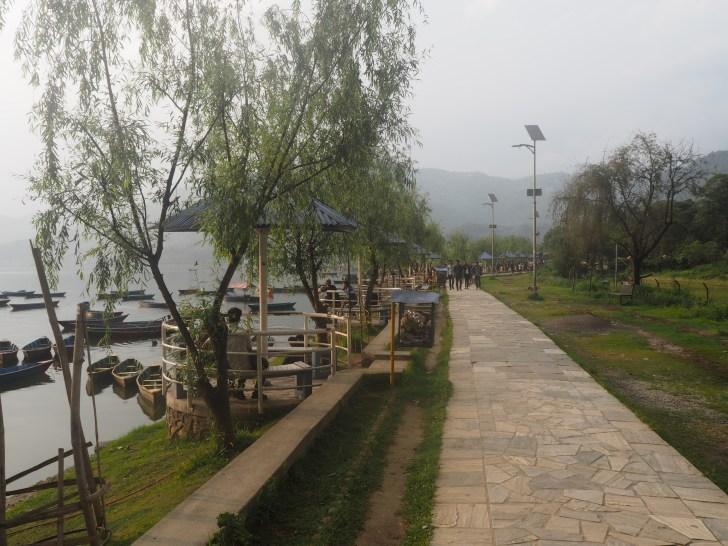 フェワ湖沿いの遊歩道