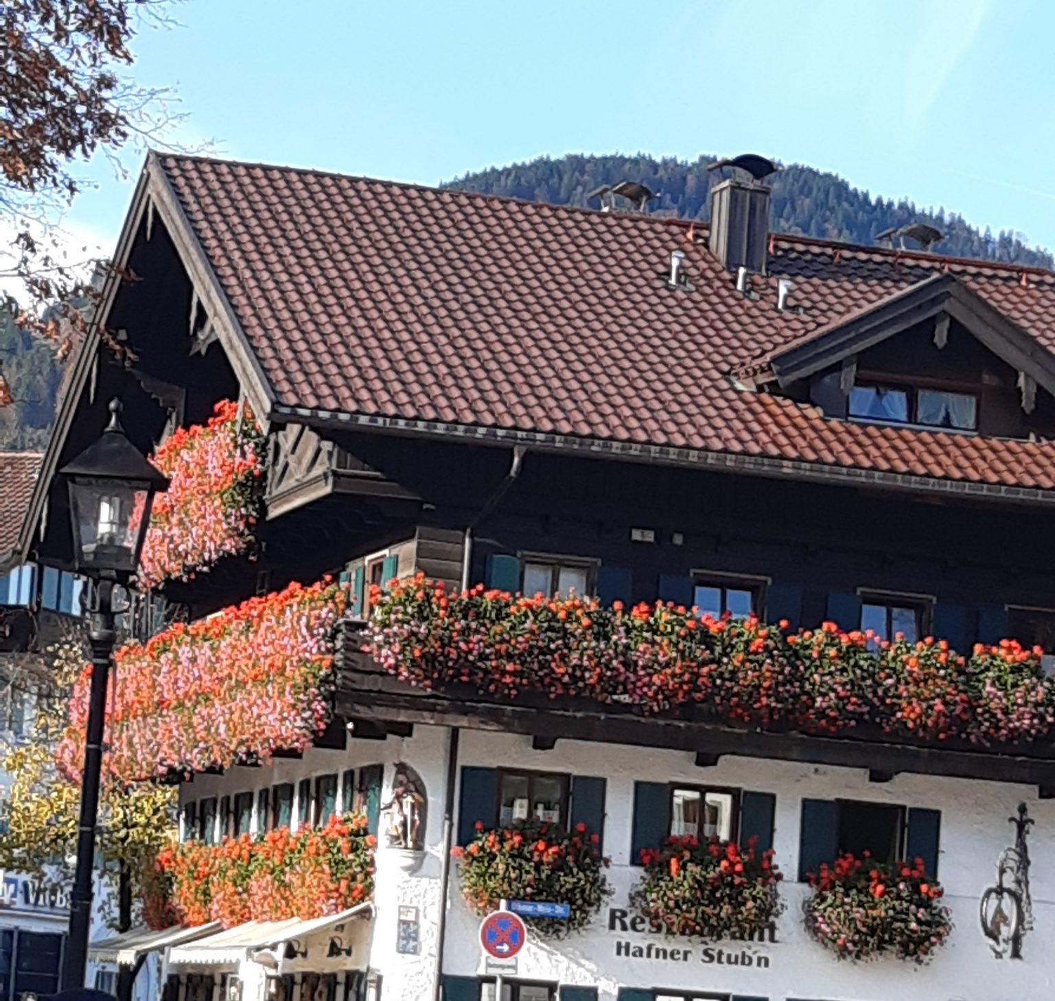 Haus mit Geranien am Balkon Oberammergau