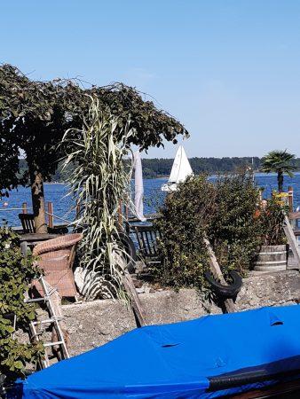 Deutschland Fraueninsel wunderschöner angelegter Garten auf der Fraueninsel des Chiemsees