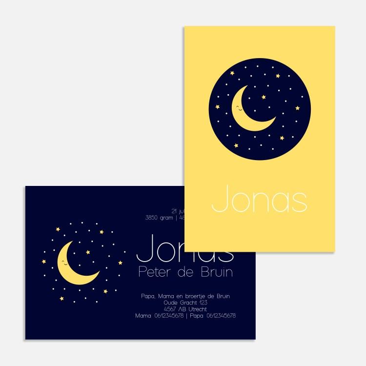 Dit donkerblauwe geboortekaartje is klassiek door de goudkleurige maan en sterren in donkerblauw en okergeel. Een mooie sterrenhemel.