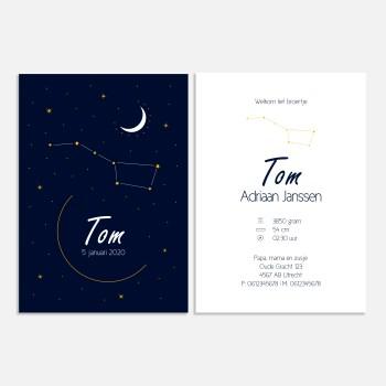 Dit donkerblauwe geboortekaartje is klassiek door de goudkleurige maan, sterren en grote beer. Een mooie sterrenhemel.
