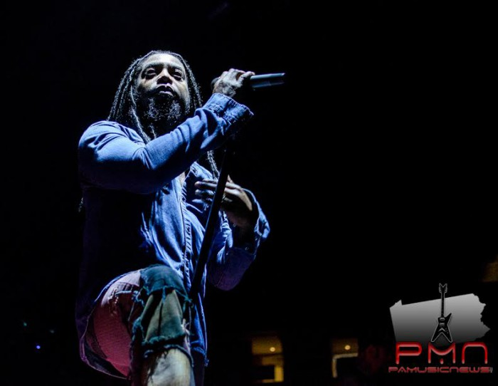 Sevendust frontman Lajon Witherspoon peers out into the crowd (Image: Jason Hann)