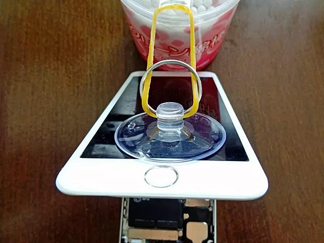 マニュアルでは、iPhoneのケースに輪ゴムで支えていました。