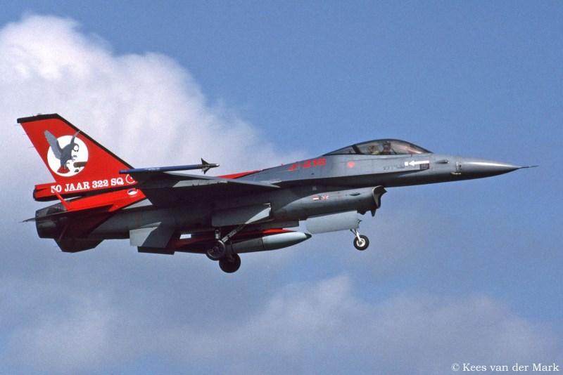 F-16 J-215 met jublieumstaart 50 jaar 322 Squadron
