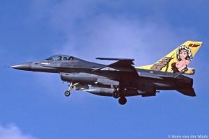 F-16 J-248 met ongekuiste versie van jubileumstaart 50 jaar 323 Squadron