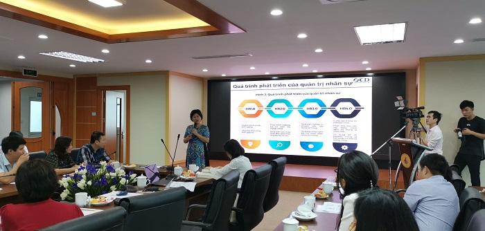 Bà Nguyễn Thị Nam Phương thuyết trình về tham luận Quản trị nhân lực trong Hội thảo Quốc gia