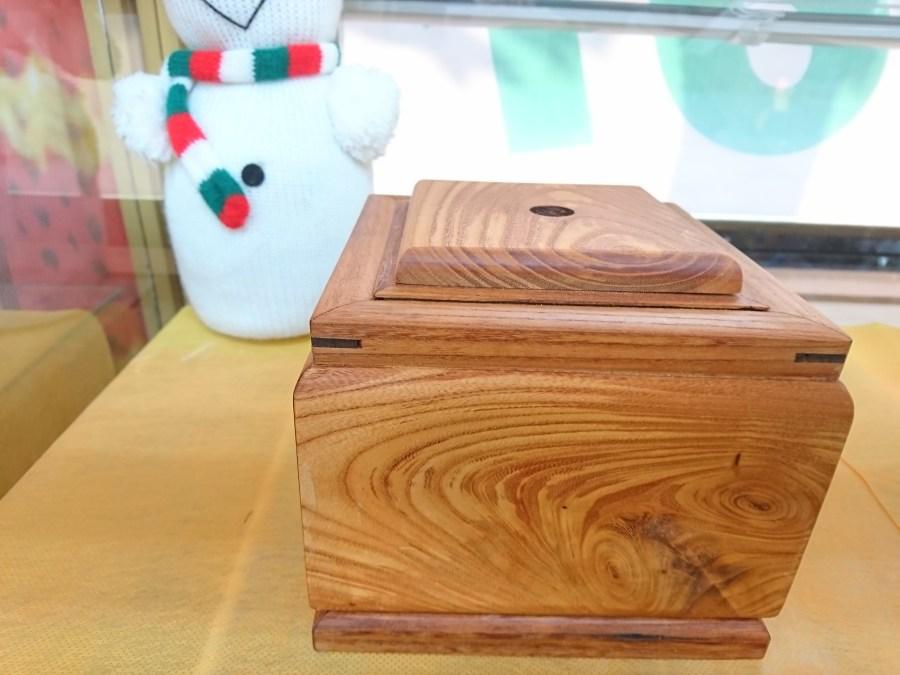 欅で作られた、灰皿。一輪挿しにも使えます