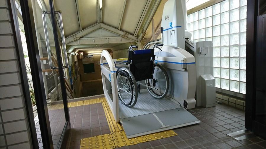 車椅子用の昇降機もご用意しています