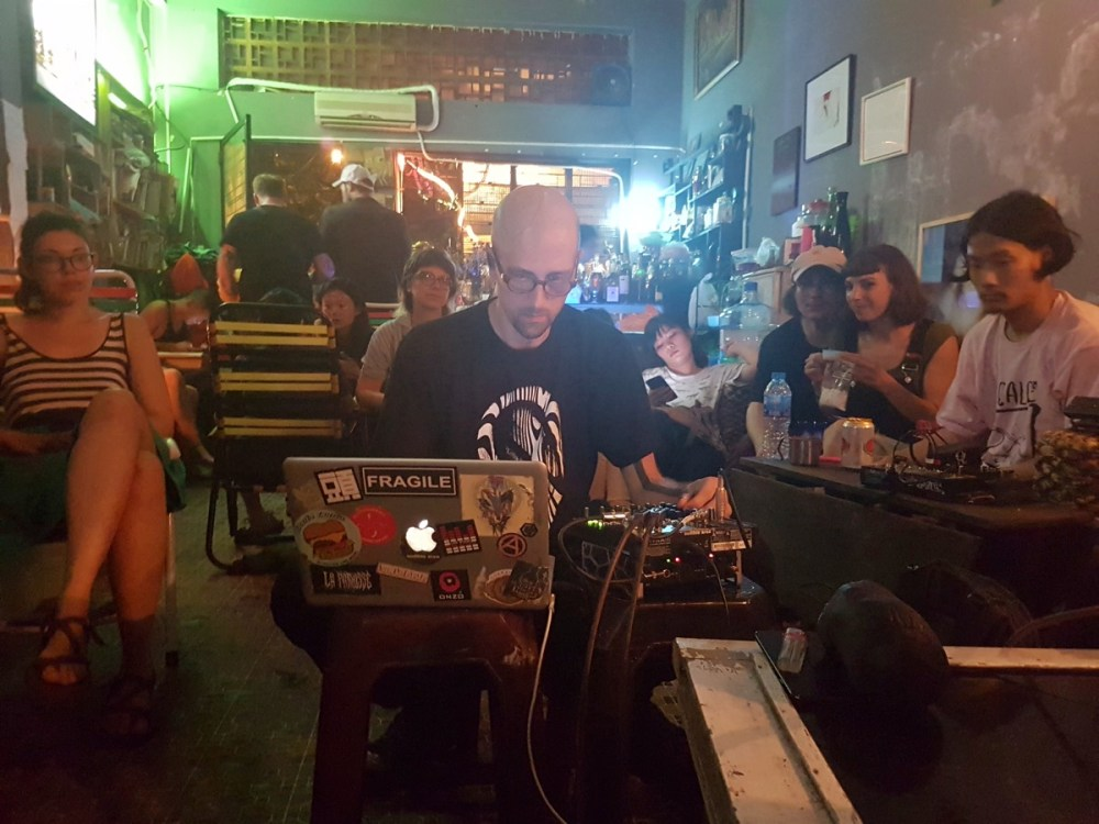 nikola moundoud cu ru bar saigon