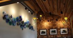 Ocean Crest Resort and Restaurant: Wall and Lighting