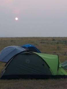 foto van tent onder maan