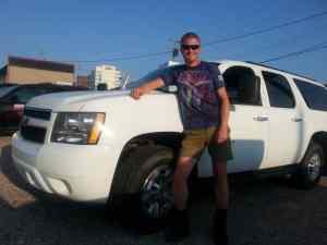 Sander met grote auto